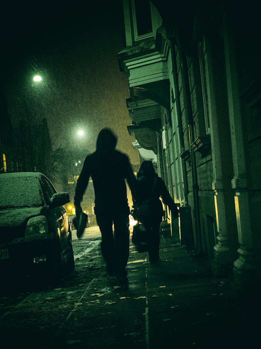 Det er ikke så farligt, som det ser ud. Det er blot et kærestepar, der følges ad. Men der kan digtes mange andre historier her...
