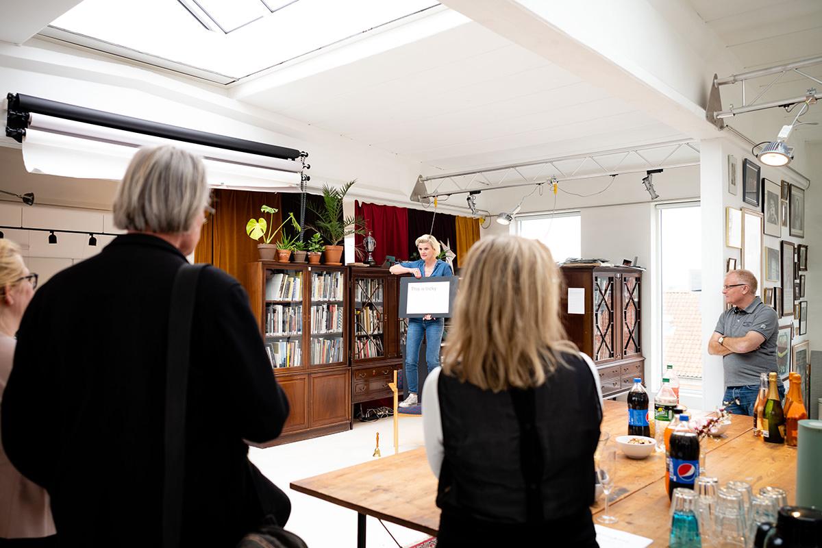 Masterclass-underviser Mette Frandsen byder velkommen til åbent hus på Fatamorgana med udstillinger og artist talks.Foto: Jakob Æbeløe Kjøller.
