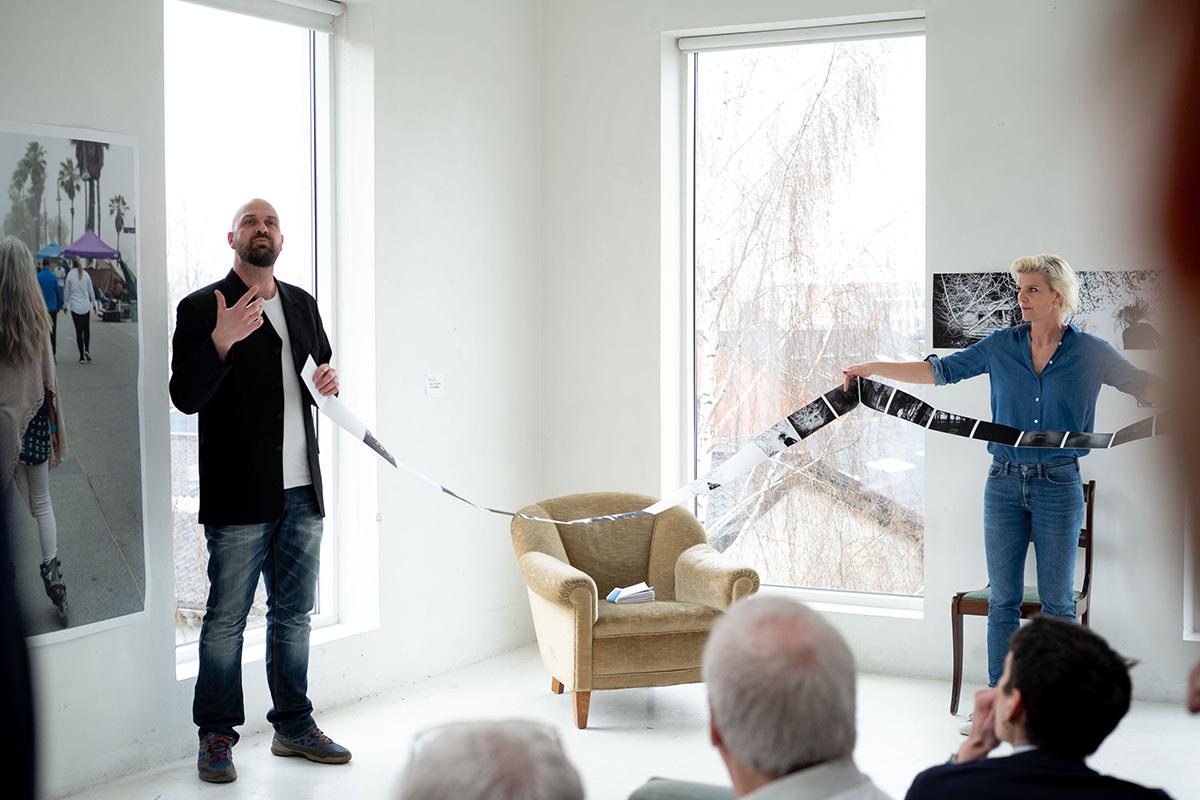 Jeg holder artist talk, hvor jeg forklarer mit projet - Mette Frandsen hjælper med at folde historien ud. Foto: Jakob Æbeløe Kjøller.