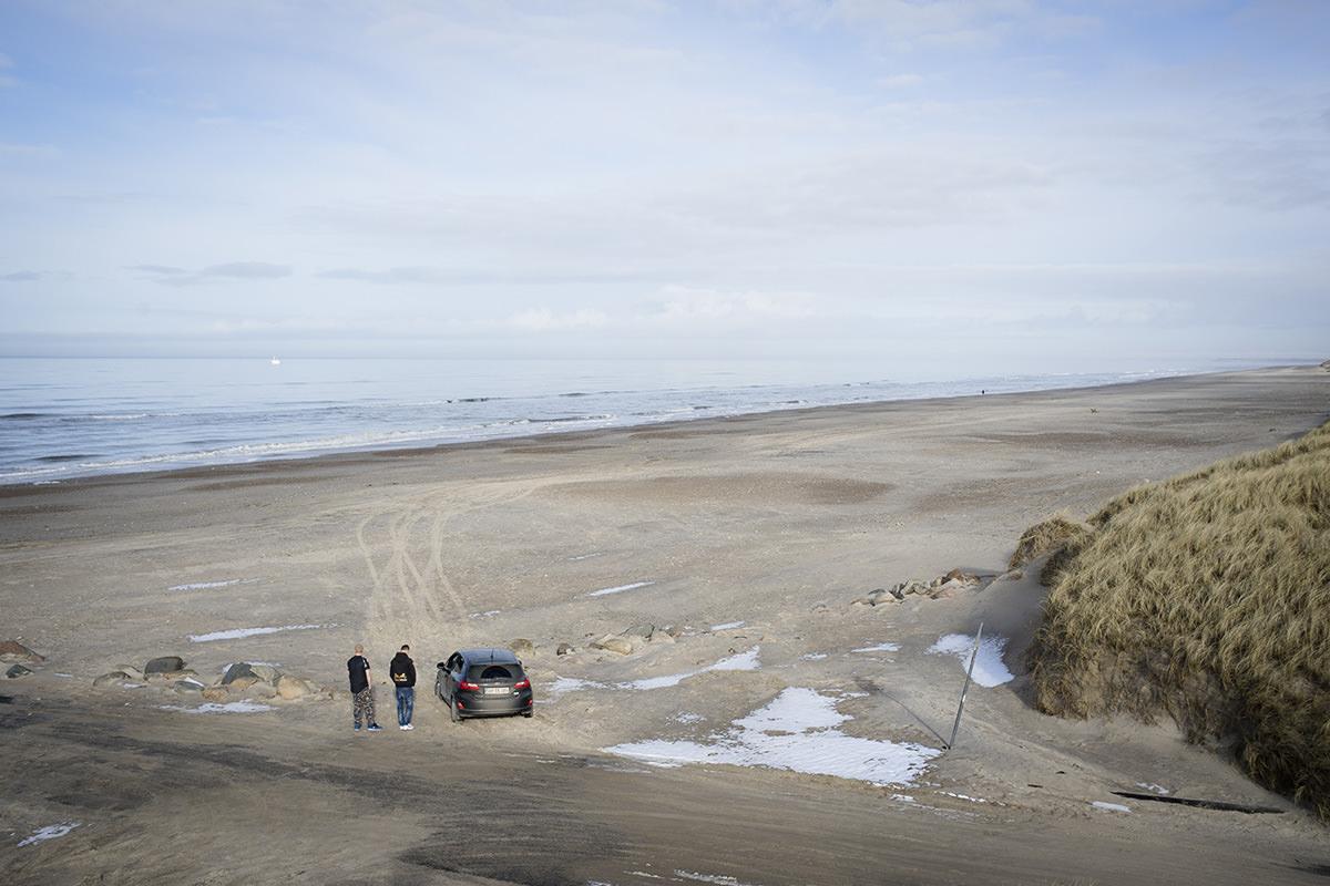 Nogen steder sker der så lidt, at man bliver nødt til at køre fast i sandet på stranden for at få tiden til at gå.